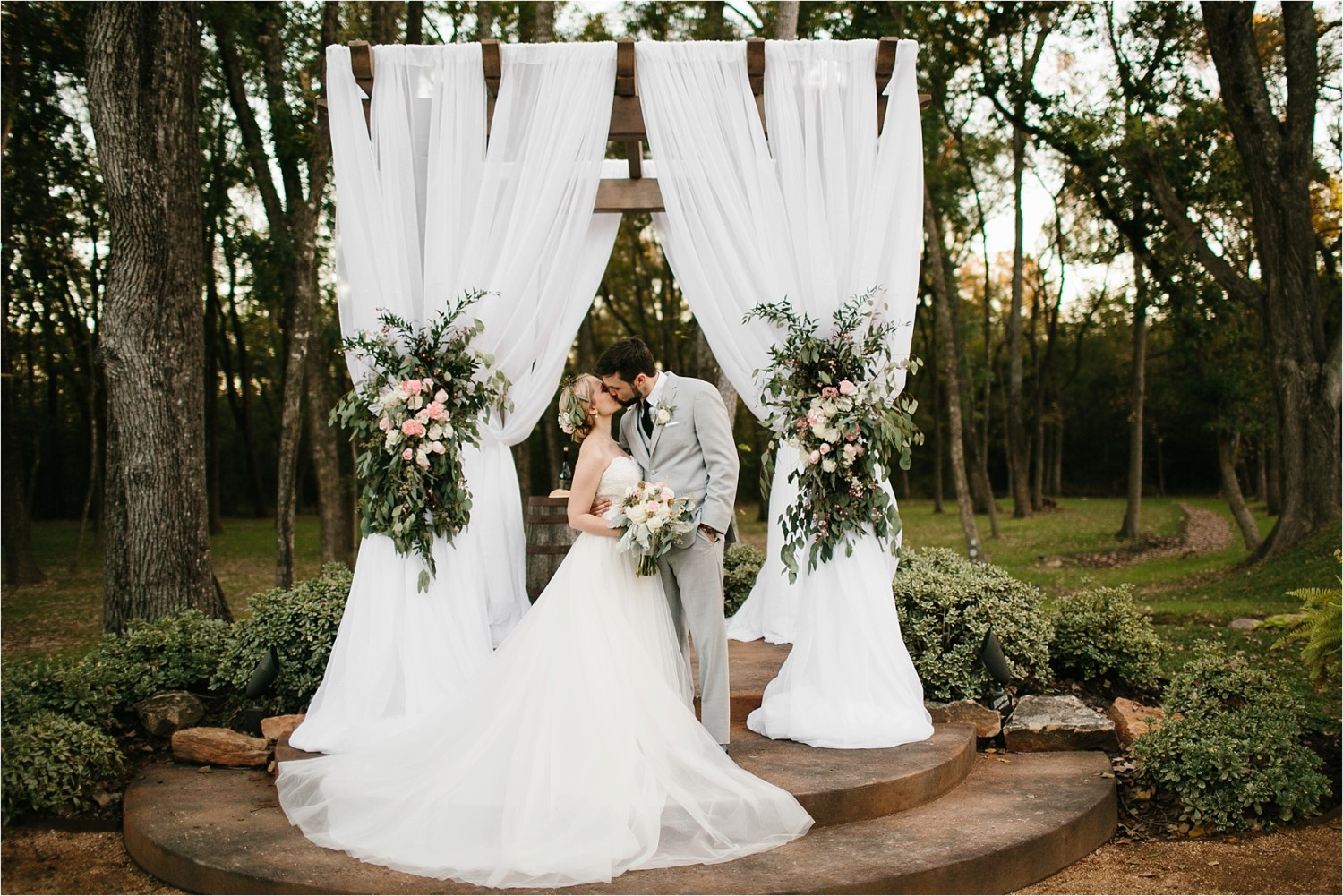 brad-lara-__-a-grey-and-blush-pink-intimate-wedding-at-hidden-waters-event-center-in-waxahachie-tx-by-north-texas-wedding-photographer-rachel-meagan-photography-_-069