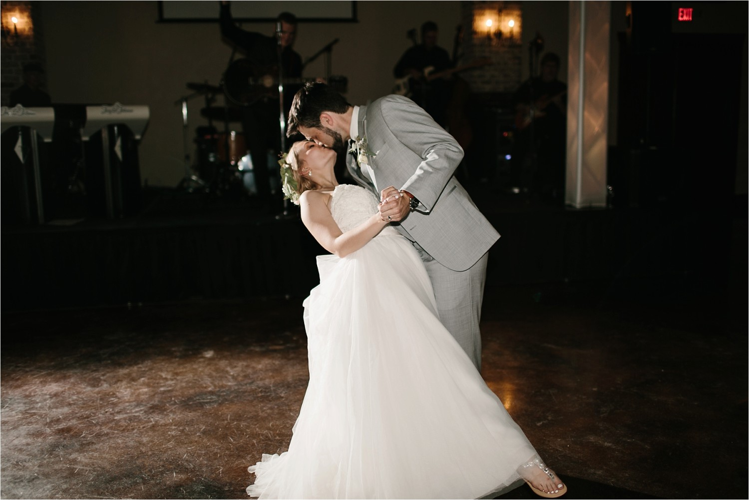 brad-lara-__-a-grey-and-blush-pink-intimate-wedding-at-hidden-waters-event-center-in-waxahachie-tx-by-north-texas-wedding-photographer-rachel-meagan-photography-_-099